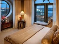Спальня с двумя окнами: обзор достоинств такой планировки (60 фото)
