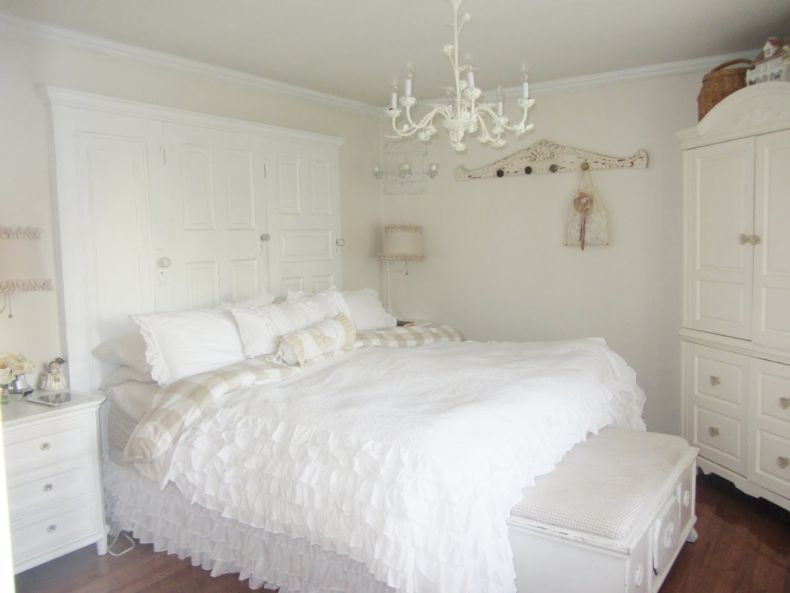 best-bedroom-chandelier-for-small-room-in-white-color-above-large-bed