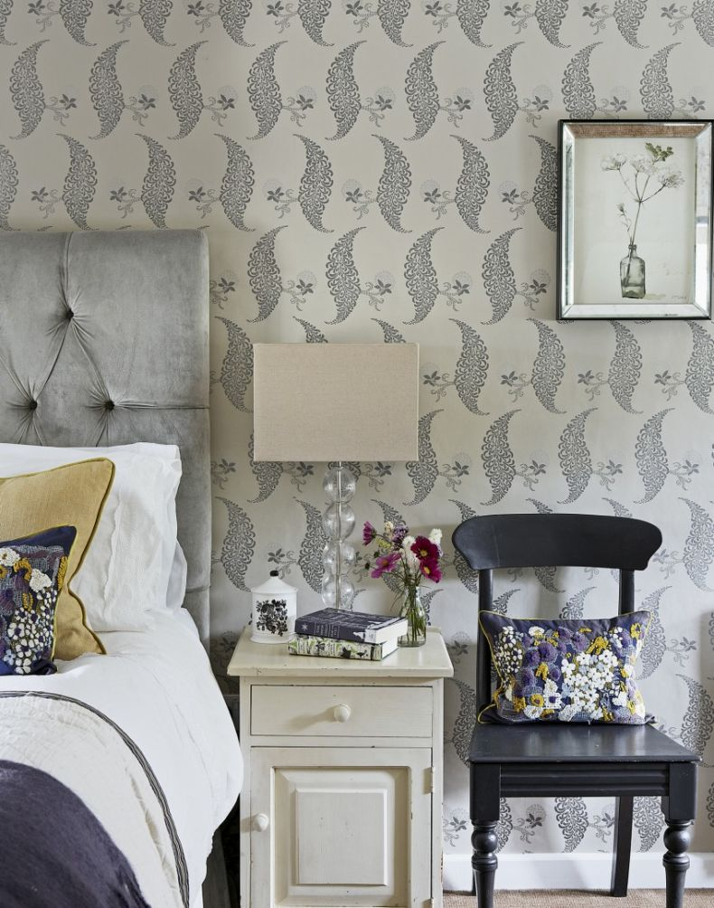 country-bedroom-with-floral-wallpaper