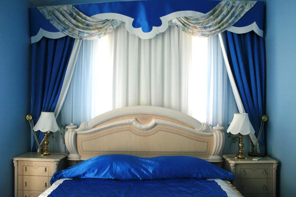 Шторы в спальню синего цвета
