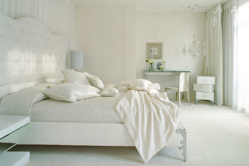 Фото белой спальни с цветами