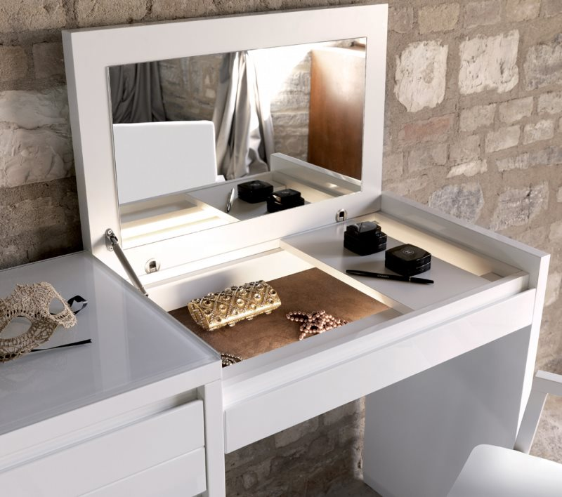 столик в спальне фото туалетный