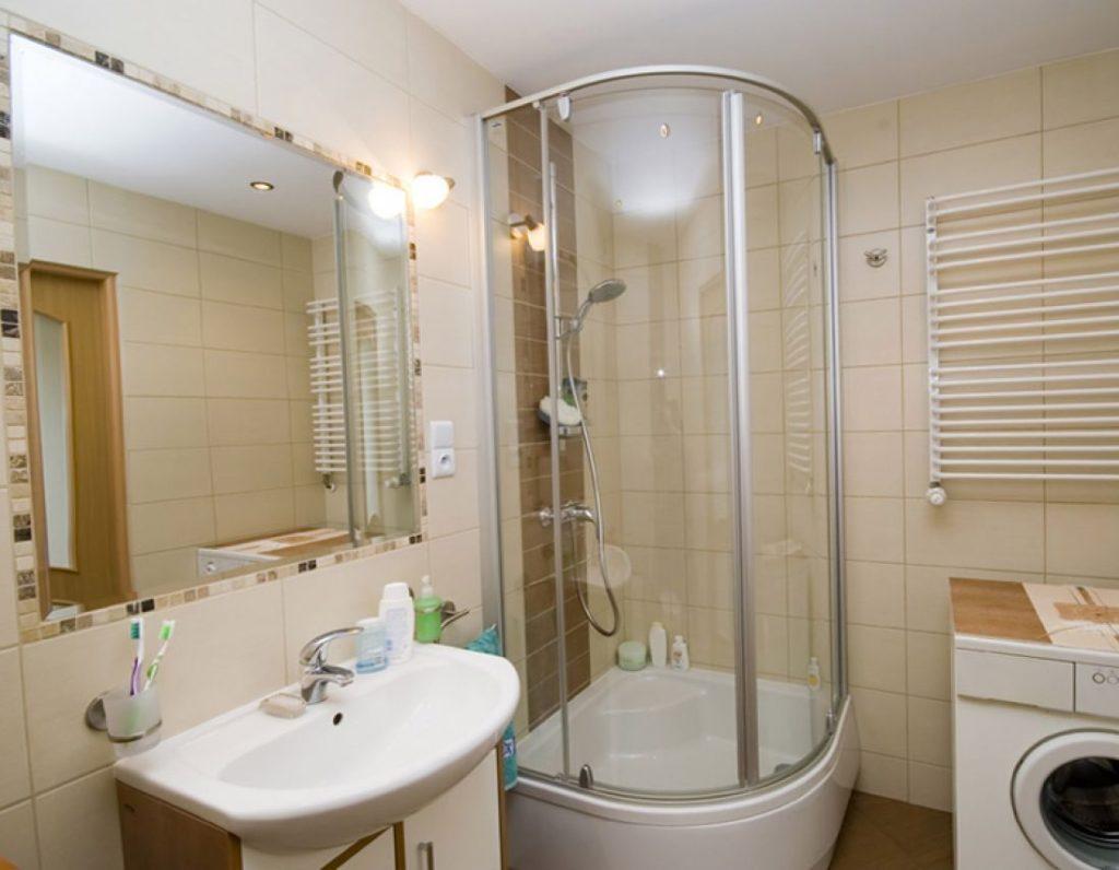 Дизайны ванных комнат душевыми кабинками