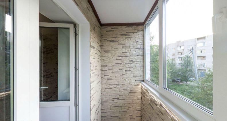 balkon-otdelannyiy-dekorativnyim-kamnem