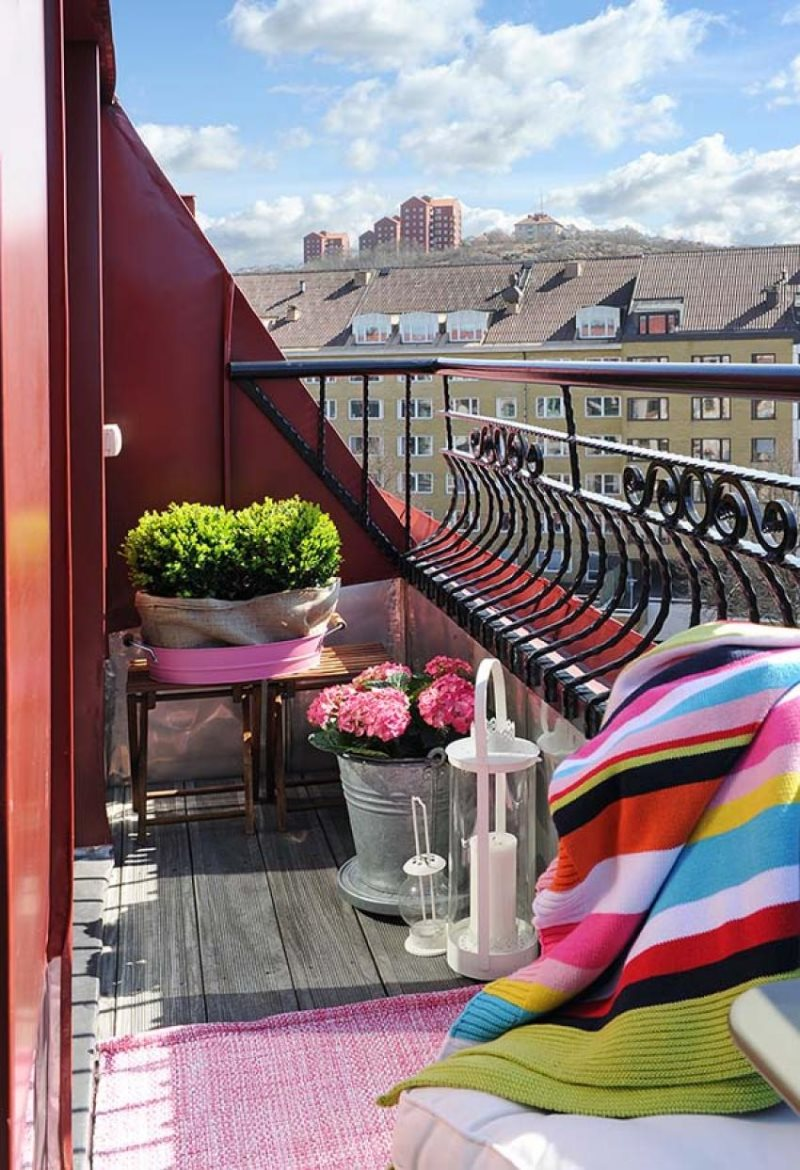 balcony-design-steel-small-space-with-pink-flower-decoration