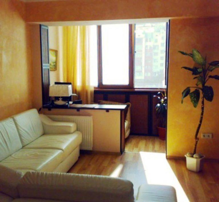 Дизайн комната с балконом и окном