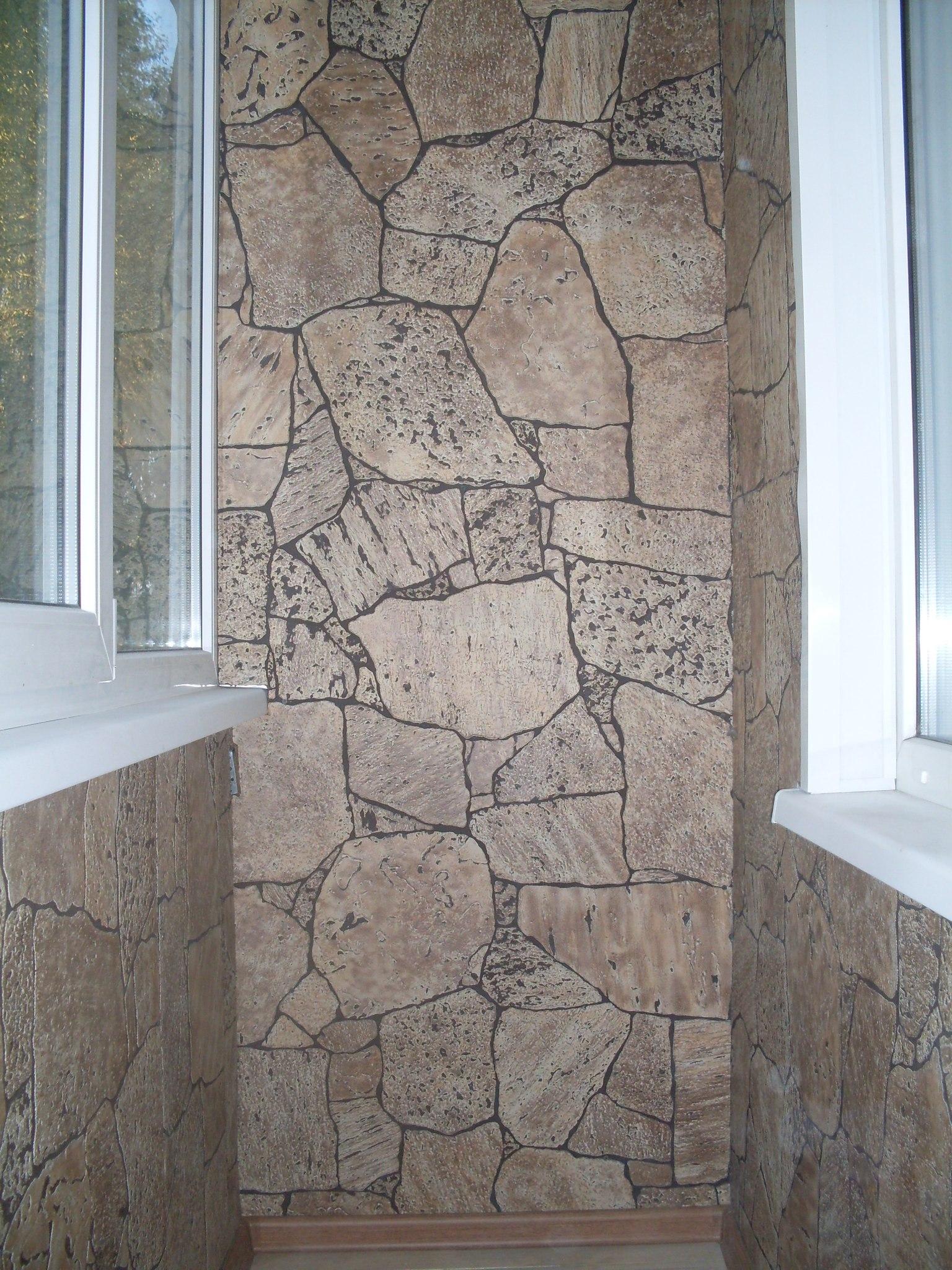 Внутренняя отделка балконов панелями под камень.