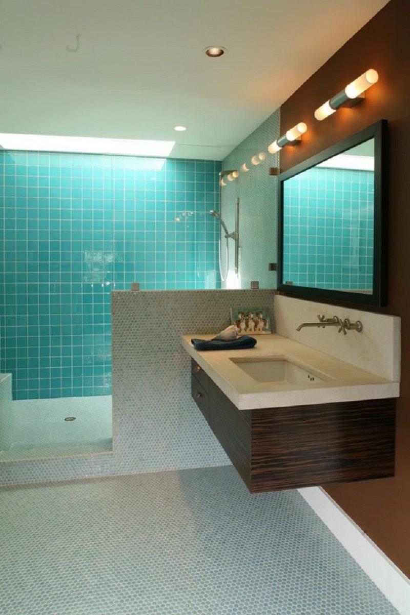 modernes-bad-glas-fliesen-hellblau-mosaik-schwebender-waschtisch