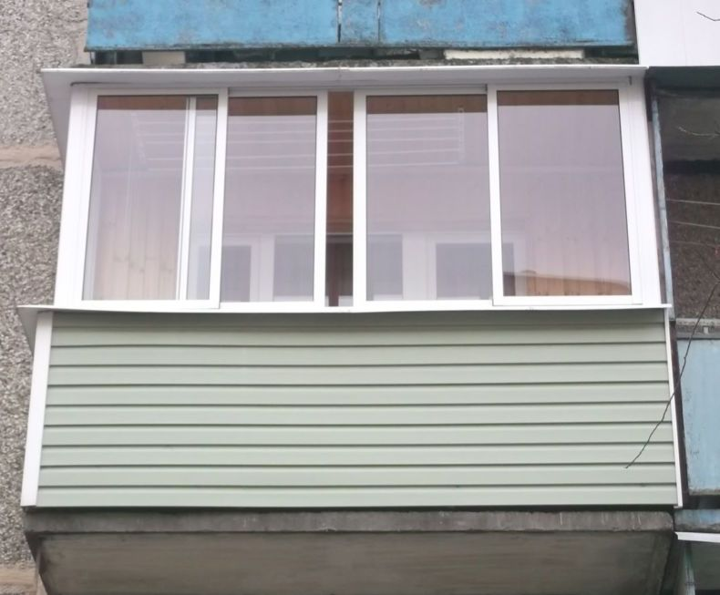 obshivka-balkona-sajdingom-snaruzhi