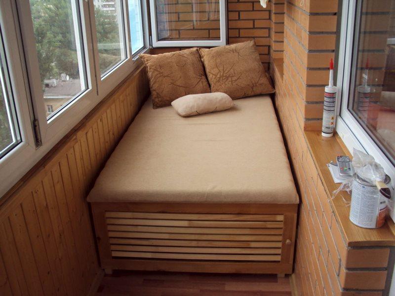 otkidnye-krovati-na-balkone-03