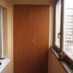vstroennyy_shkaf_na_balkon