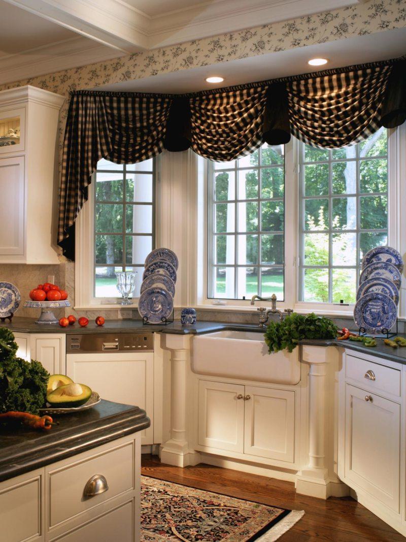 Кухня с мойкой под окном (1)