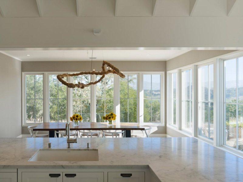 Кухня с мойкой под окном (10)