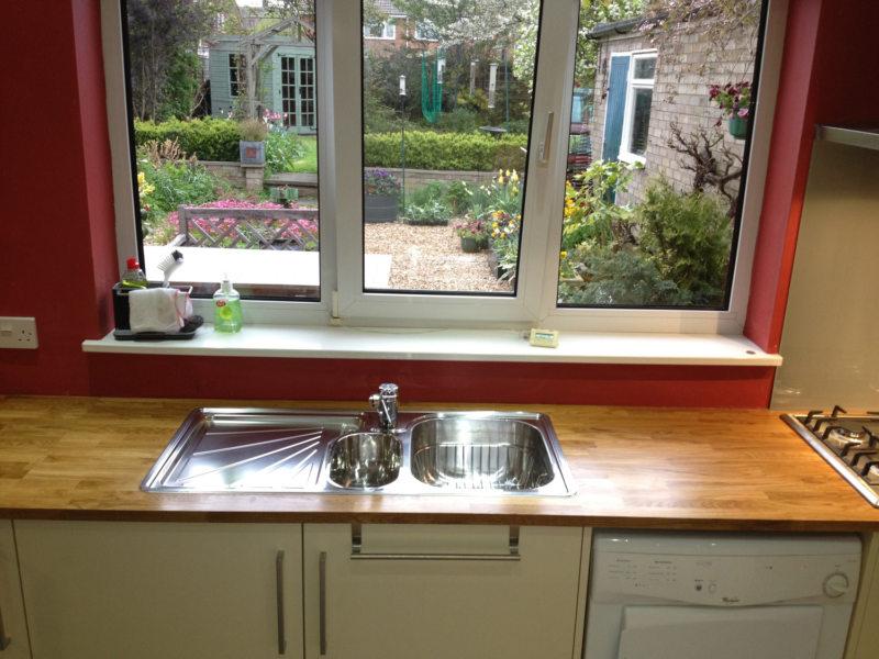 Кухня с мойкой под окном (13)