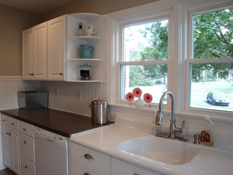 Кухня с мойкой под окном (15)