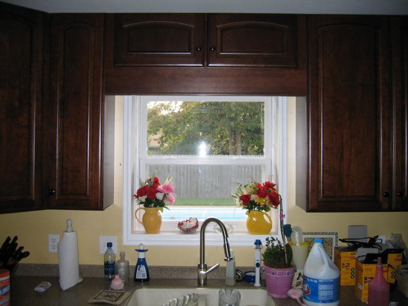Кухня с мойкой под окном (22)