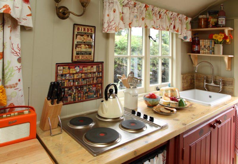 Кухня с мойкой под окном (26)