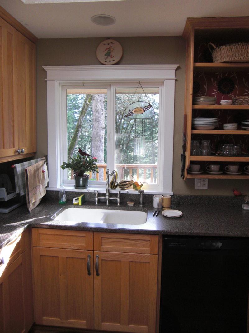 Кухня с мойкой под окном (30)
