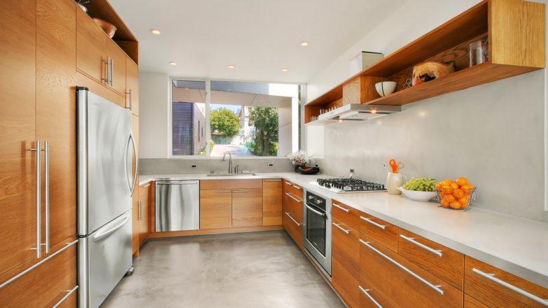 кухня с мойкой под окном 75 фото идей и новинок в интерьере