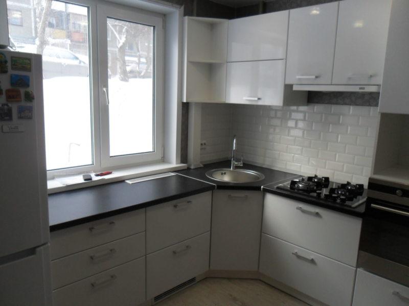 Кухня с мойкой под окном 5 (16)