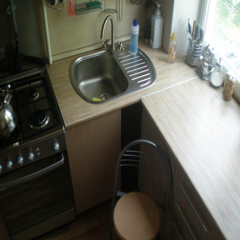 Кухня с мойкой под окном (6)