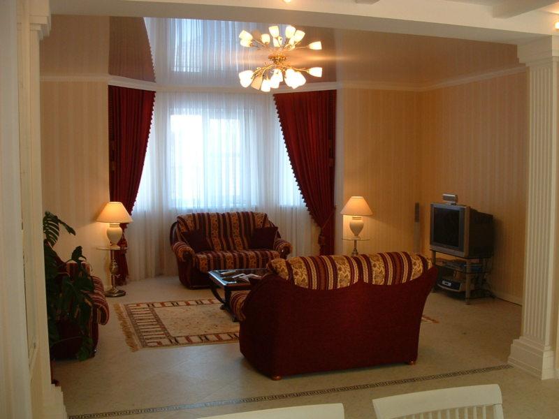 Натяжные потолки в гостиной (39)