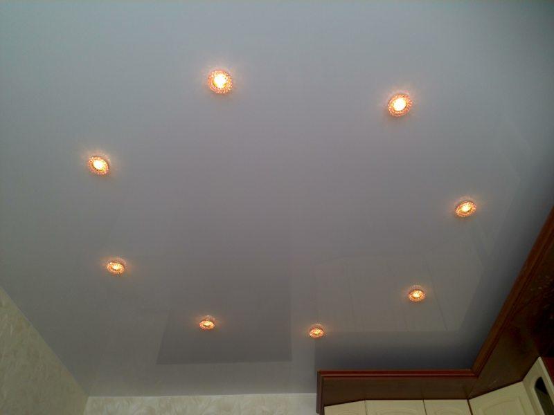 Натяжные потолки в гостиной (46)