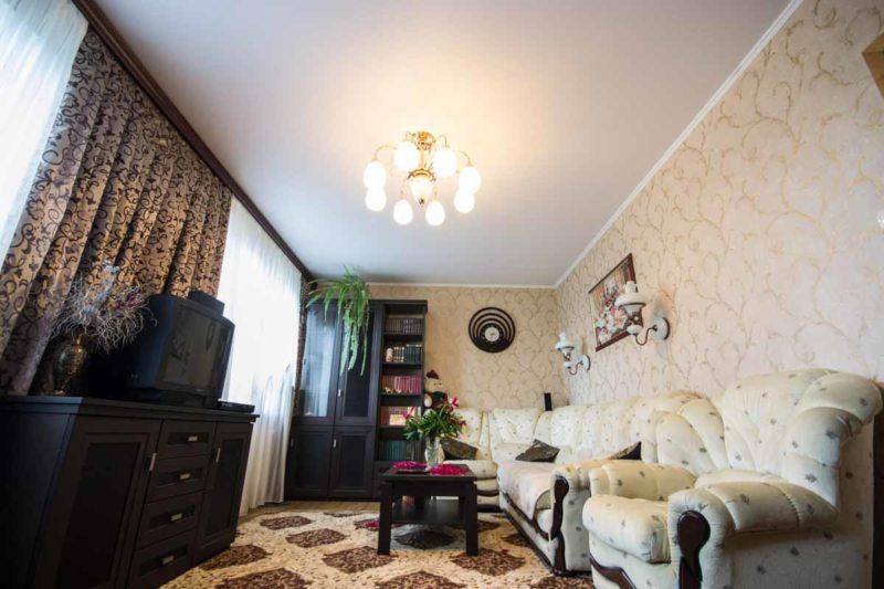 Натяжные потолки в гостиной (50)