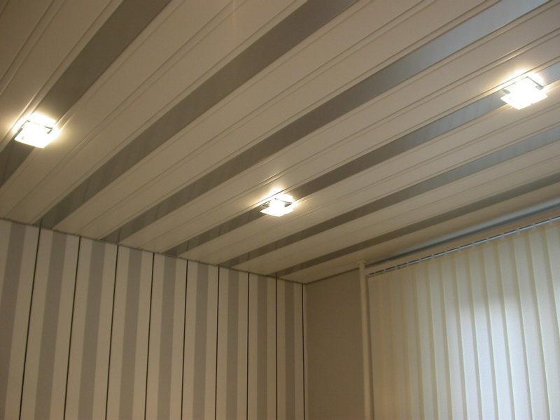 Панельный-потолок-в-гостинной-1024x768