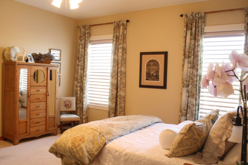 Bedroom with two windows (18)