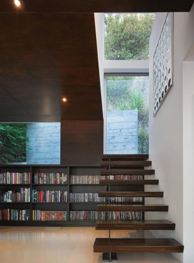 Пространство под лестницей (44)