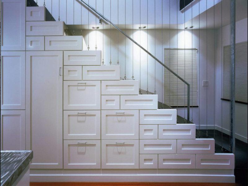 Пространство под лестницей (56)