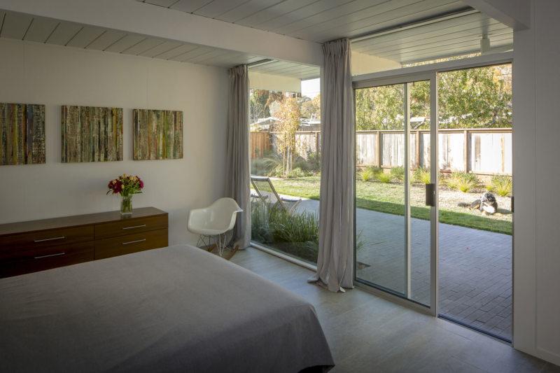 Спальня с двумя окнами (9)