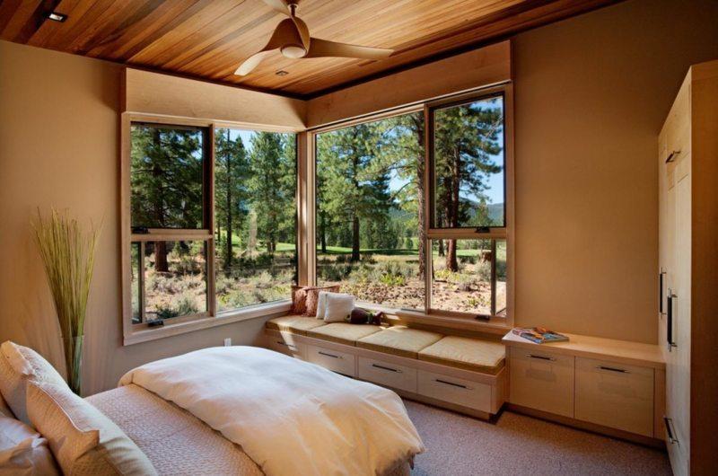 Спальня с двумя окнами946