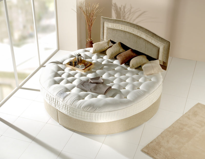 The round bed in the bedroom (3)