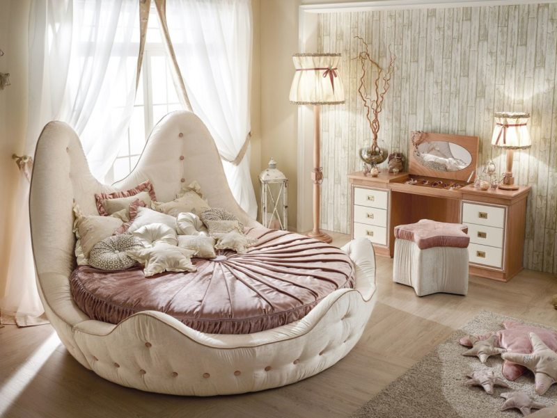 The round bed in the bedroom (4)