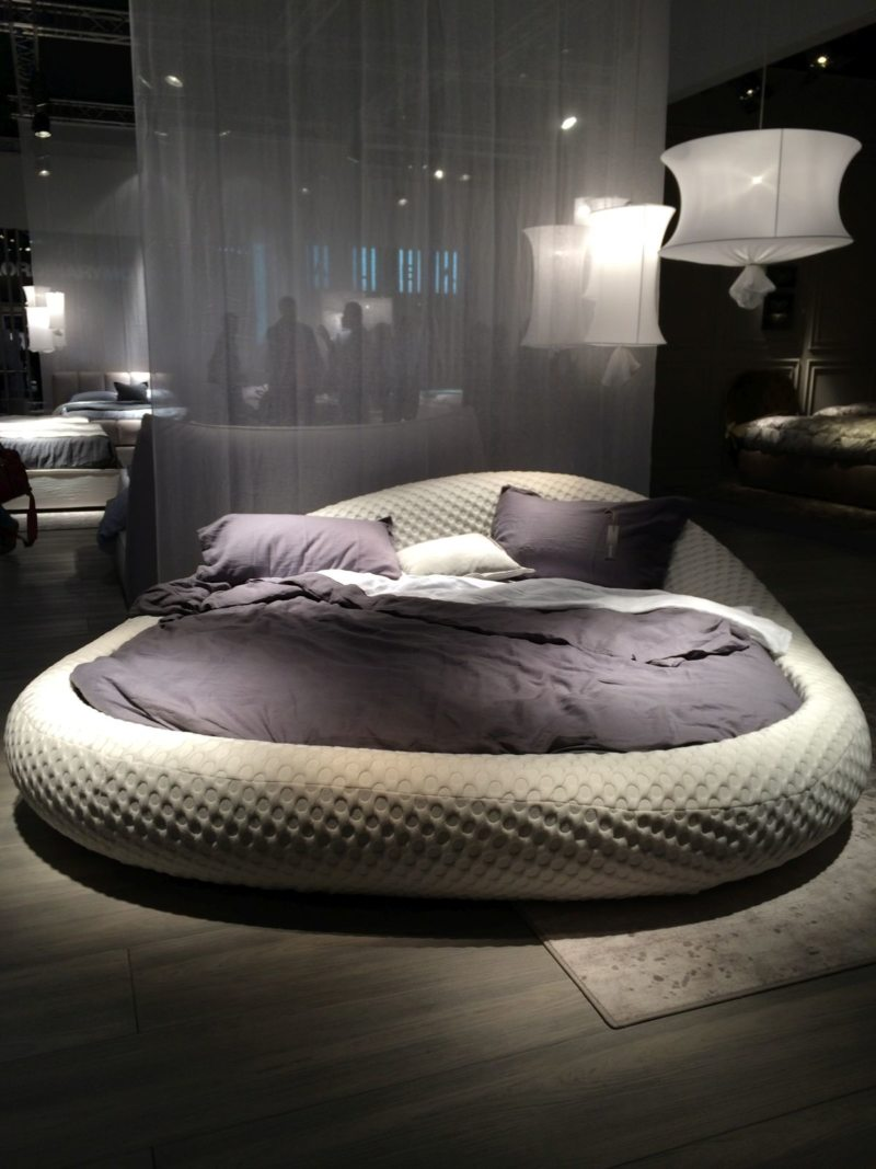 The round bed in the bedroom (6)