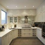 дизайн современной кухни в белом цвете фото