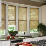 современные римские шторы на кухне