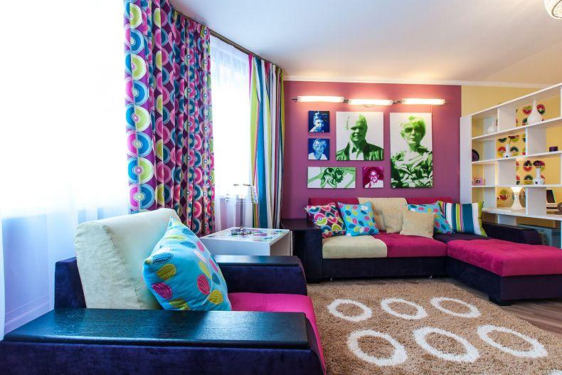 яркие шторы в гостиной фото