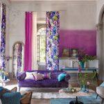 яркий интерьер гостиной шторы фото