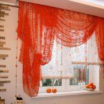 красные короткие шторы на кухню