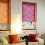 разноцветные римские шторы на кухню фото