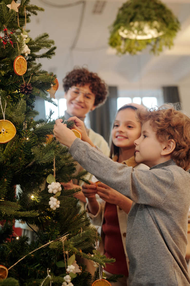 Как выбрать и украсить елку на Новый год 2022 + Советы по самостоятельному изготовлению